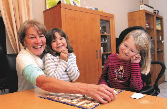 Ehrenamtliche spielen bei der ambulanten Unterstützung von Löwenherz mit Kindern.