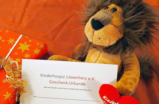 Maximilian Löwenherz mit einer Geschenkurkunde