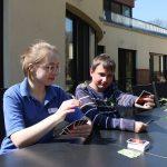 Emmelie und Dennis beim Karten spielen