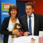 Schulkooperation mit Löwenherz: Bildungsreferentin Bettina Zander und Schulleiter Oliver Seipke